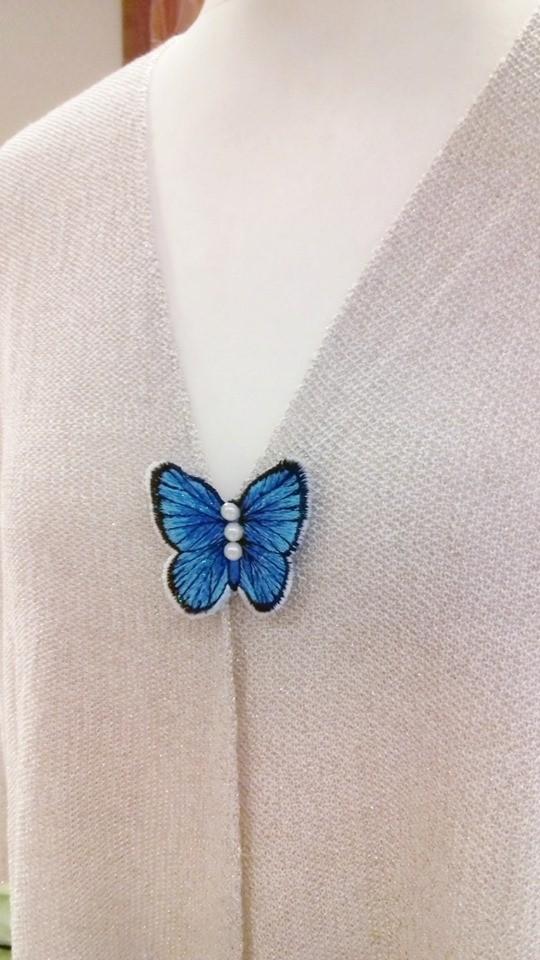 Rinnanõel - tikitud liblikas